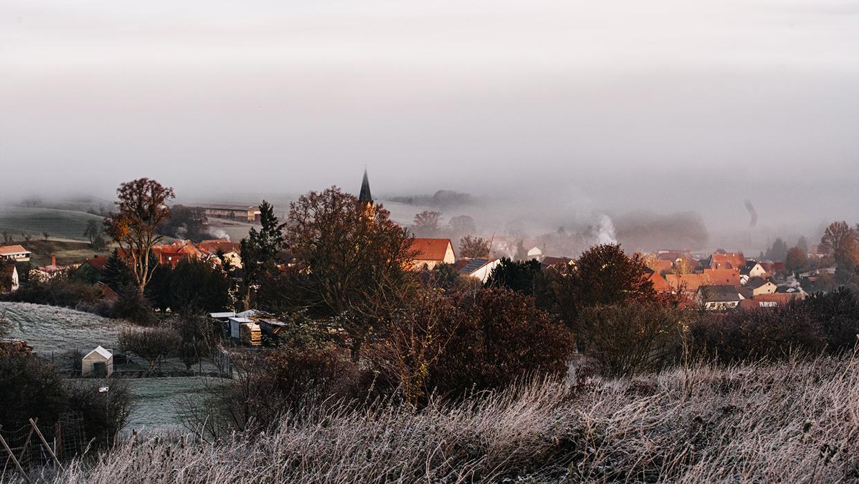 Das morgendliche, in Nebel gehüllte Urnshausen.