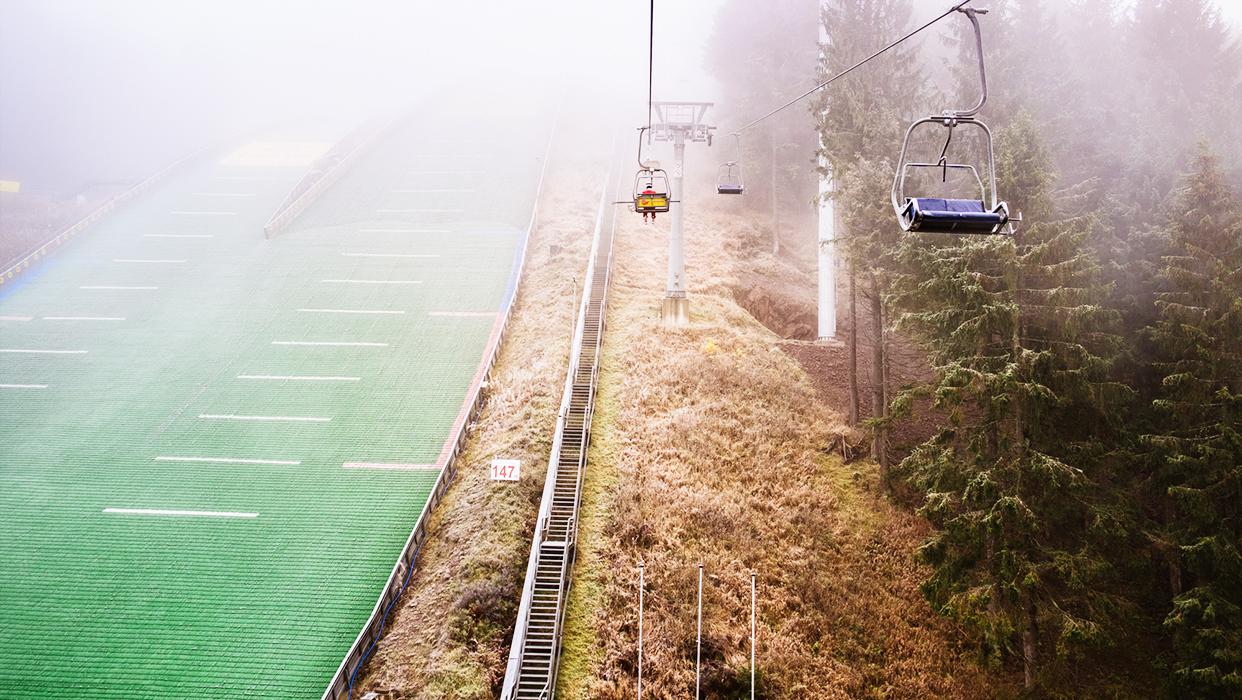 Der Skilift der Trainingsanlage im Nebel.
