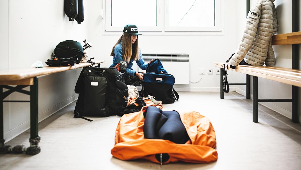 Skispringerin Julia Seyfarth sitzt in der Umkleidekabine.