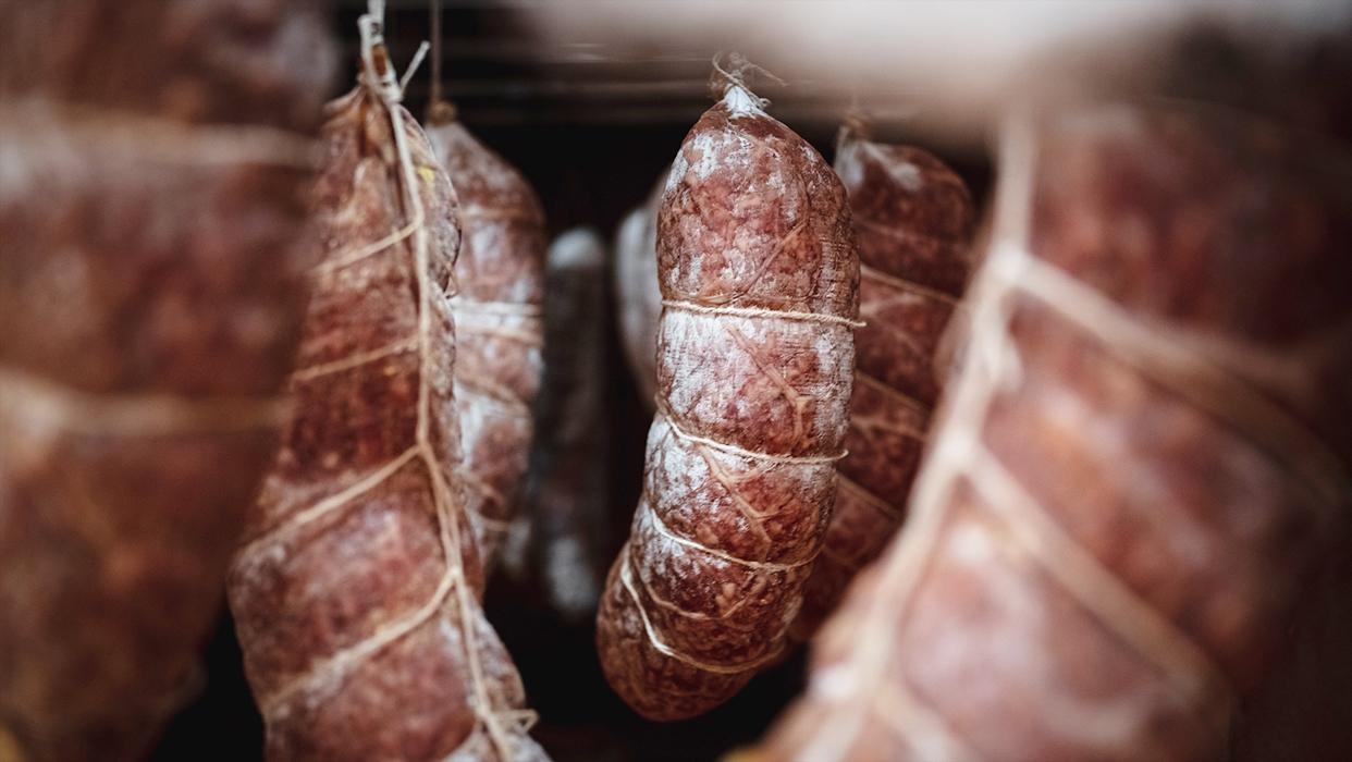 Luftgetrocknet: Verschiedene Salamis hängen zum Trocknen.