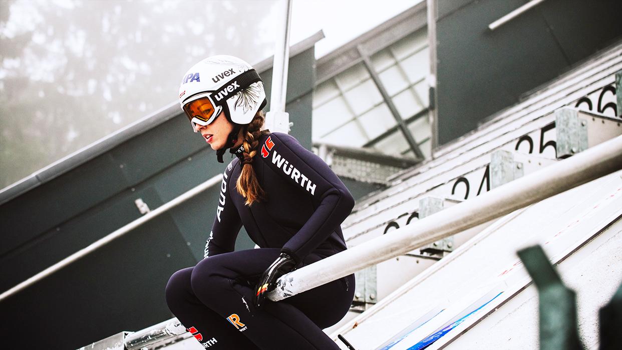 Volle Konzentration: Skispringerin Julia Seyfarth kurz vor dem Absprung.