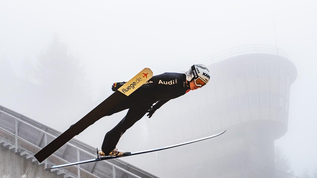 Skispringerin Julia Seyfarth beim Skispringen.